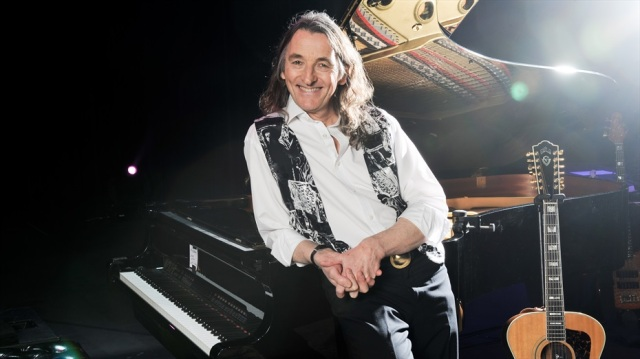 roger_hodgson_leaning_on_piano_rs1_0820_600dpi