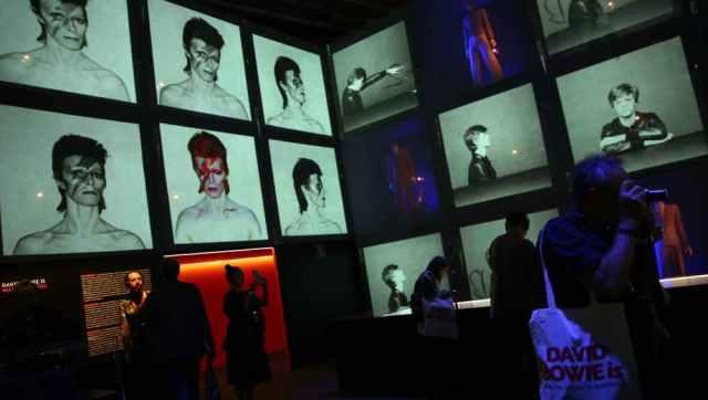 MÁS DE 300 OBJETOS DIBUJAN LA PERSONALIDAD DE DAVID BOWIE EN UNA EXPOSICIÓN