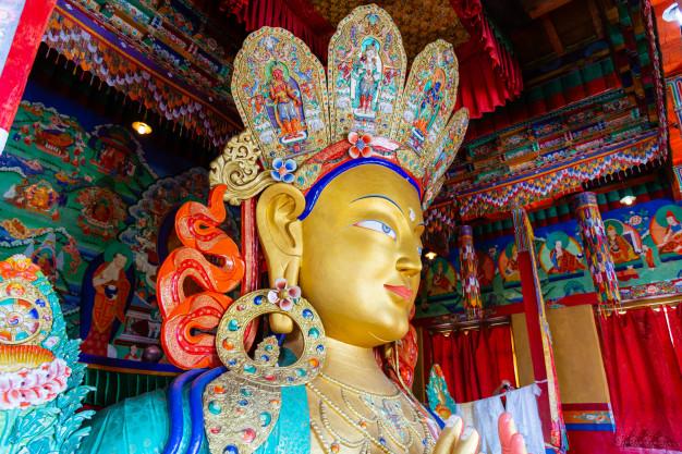 escultura-maitreya-buddha-monasterio-thiksey-leh-ladakh-jammu-cachemira-india_62890-17