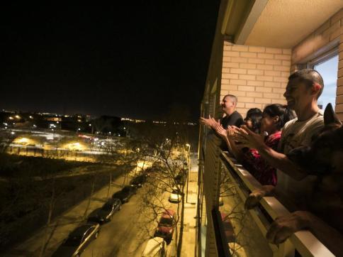 aplausos-en-los-balcones-de-zaragoza-de-agradecimiento-a-la-labor-de-los-profesionales-sanitarios-en-la-crisis-del-coronavirus